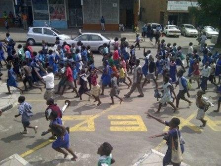 Primary school kids protest in Blantyre against President Joyce Banda as their teachers go on strike (Credit: The Maravi Post)